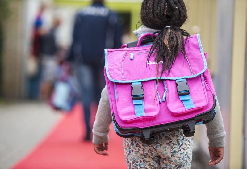 Klein meisje met haar tas